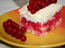 Red currant cake with baked egg foam