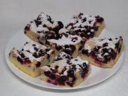 Sponge cake with black currants
